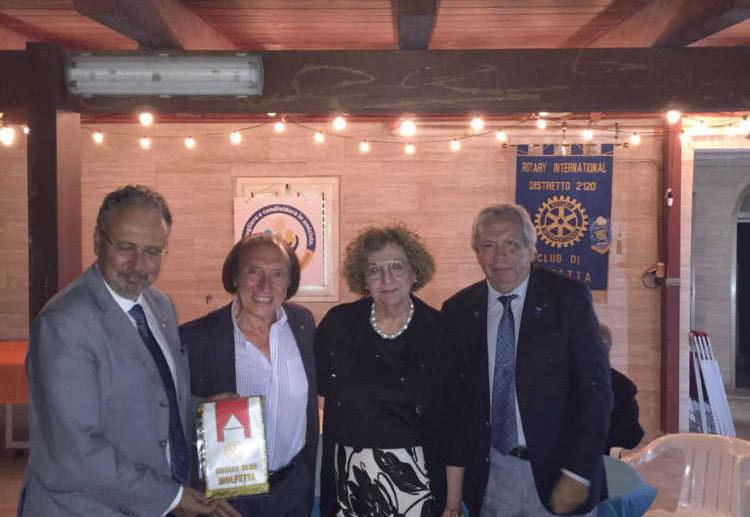 Le linee programmatiche del Presidente del Rotary Club di Molfetta, Felice de Sanctis, illustrate ai soci e al Governatore Giannelli in una serata in amicizia sul mare